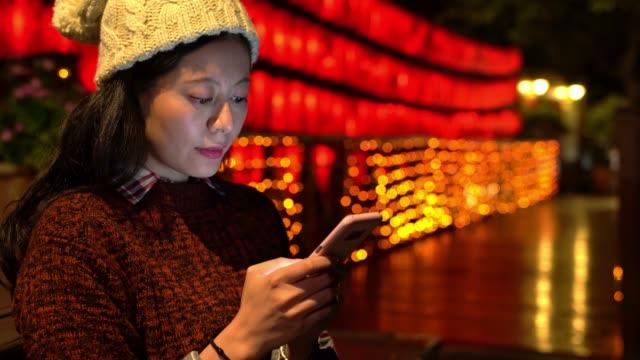 vídeos de stock e filmes b-roll de asian girl sharing the travel information - phone, travelling, copy space