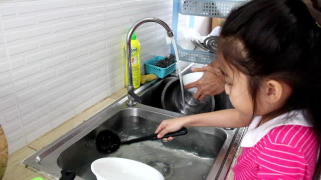 asian girl washing kitchenware video