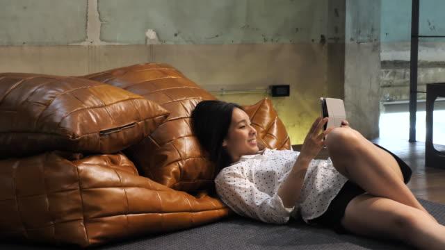 Asiatische Mädchen, junge Frau zu Hause mit computer – Video