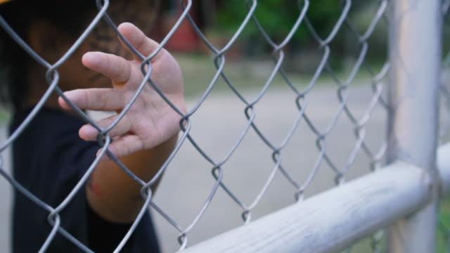 vídeos y material grabado en eventos de stock de mano de chica asiática en trajes de bruja mientras toca la cerca de hierro en halloween - valla artículos deportivos