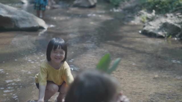 アジアの祖母と滝の子。 - バス点の映像素材/bロール
