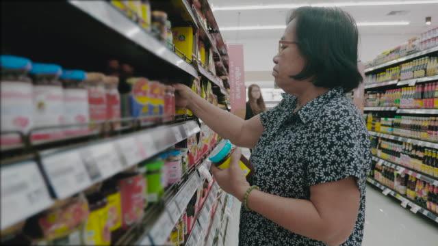 Abuela asiática en tienda de abarrotes - vídeo