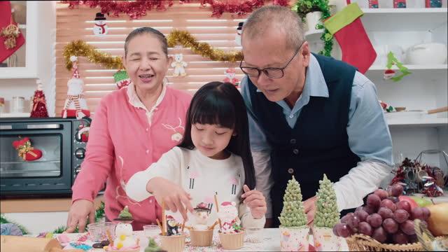 asiatische großeltern und kleines mädchen tun kekse und bäckerei zu weihnachten - lebkuchen stock-videos und b-roll-filmmaterial