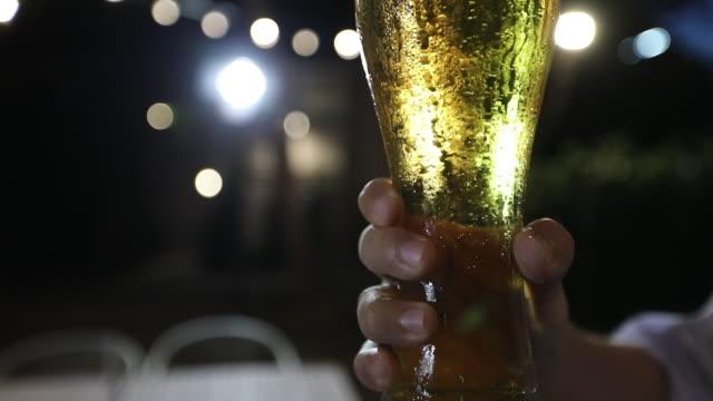 アジアの友人グループがアルコールビールを飲みながらパーティーを開き、若者たちはバーでカクテルを乾杯し、眼鏡をかけて楽しんでいます - バーカウンター点の映像素材/bロール