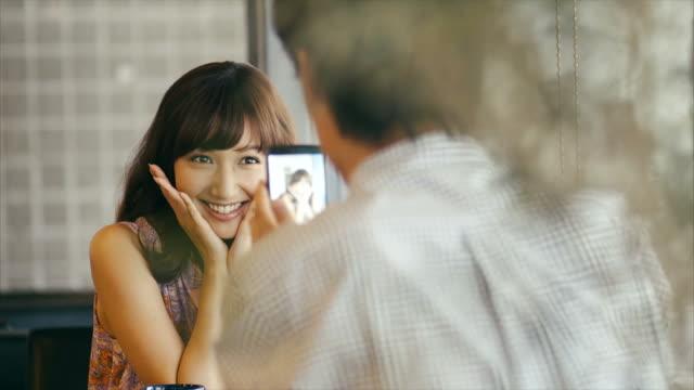 アジアの男性のイメージをとらえたキュートなアジアの女の子 - 誘惑点の映像素材/bロール