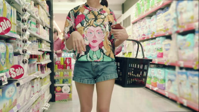 vídeos de stock e filmes b-roll de asian hipster woman in grocery store - prateleira mobília