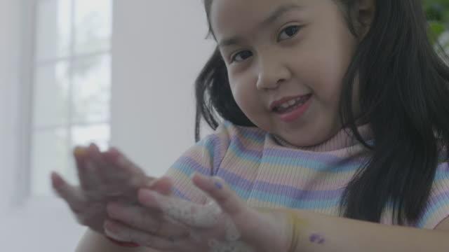 asiatisk kid friska, hand av barn öppna vattenkranen och rengör handen på sjunka för friska. - washing hands bildbanksvideor och videomaterial från bakom kulisserna