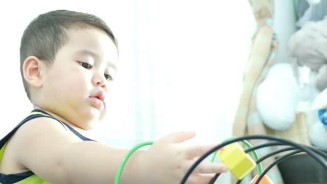vídeos de stock, filmes e b-roll de asiático garoto jogando brinquedos, zoom para fora - salas de aula