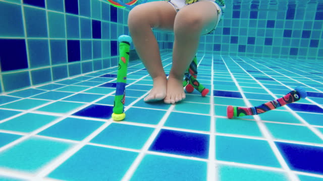 vídeos de stock e filmes b-roll de asian little boy swimming and pick up objects underwater - brinquedos na piscina