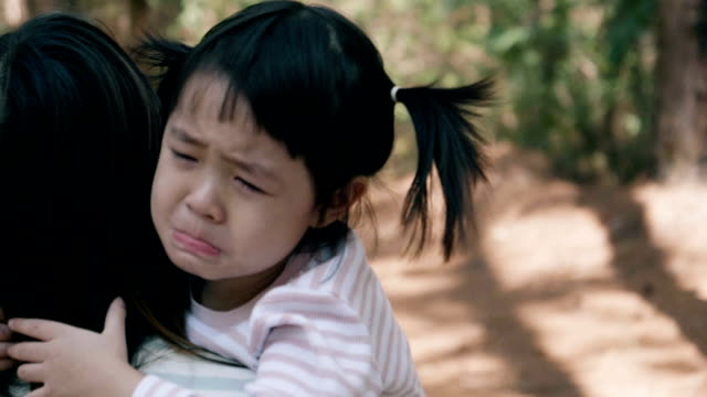 asian little girl cries really emotional - 2 3 anni video stock e b–roll