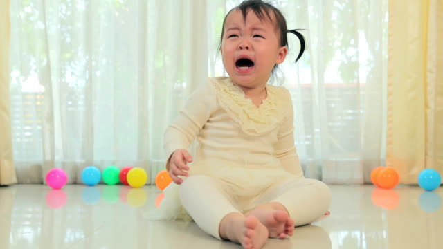 stockvideo's en b-roll-footage met asian little girl crying - woedend