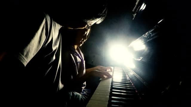 vídeos y material grabado en eventos de stock de niña asiática tocando el piano con su padre - madre e hijos