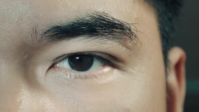 maschio asiatico occhio marrone (primo piano - cultura orientale video stock e b–roll