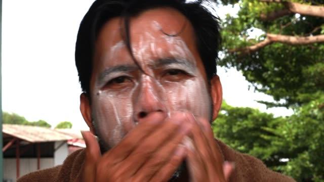 アジアの男性は泡で顔を洗っている、男性のスキンケアコンセプト - 体 洗う点の映像素材/bロール