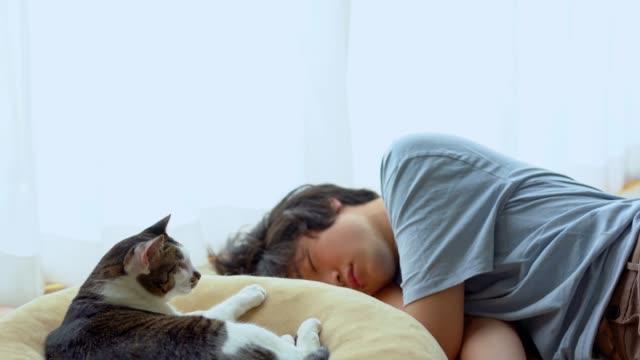vídeos de stock e filmes b-roll de asian man at home taking a nap - dormitar
