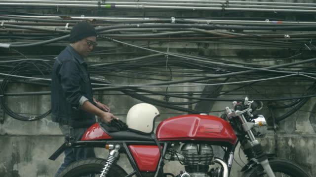 asya adam motorcu - orta yetişkin stok videoları ve detay görüntü çekimi