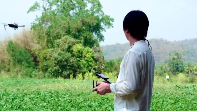亞洲人農夫飛行員使用無人機遙控控制器 - 無人飛機 個影片檔及 b 捲影像
