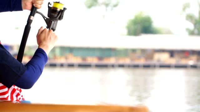 アジア男の釣り - 釣りをする点の映像素材/bロール