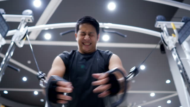 asian man hard training in gym - torace umano video stock e b–roll