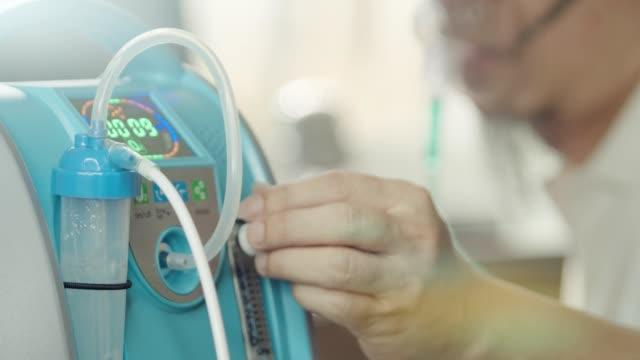 monitör'de çalışma sırasında asyalı adam kalp krizi - oksijen stok videoları ve detay görüntü çekimi