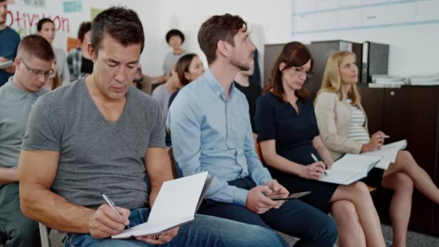 vídeos de stock, filmes e b-roll de homem asiático em uma classe de adulto fazendo anotações - aula de redação