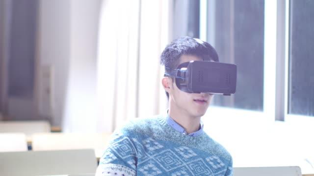 asiatischer Mann Student mit VR in der Nähe von Fenster – Video