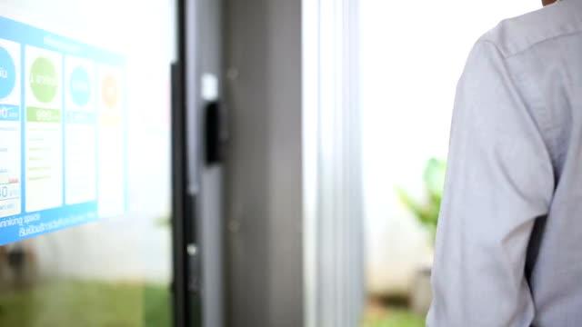 vídeos de stock, filmes e b-roll de homem asiático rouba um cartão-chave em uma porta segura - acessibilidade