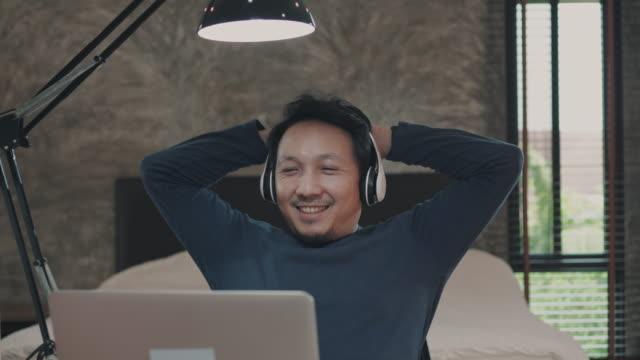 亞洲男子在家使用筆記本電腦工作 - 鬆弛 個影片檔及 b 捲影像
