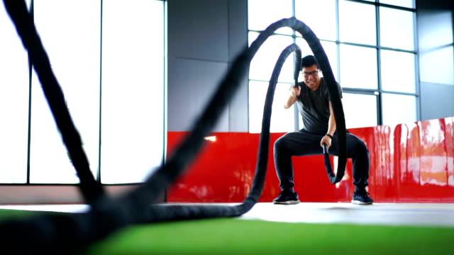 asiatischer mann arbeiten mit battle rope - gewichtstraining stock-videos und b-roll-filmmaterial