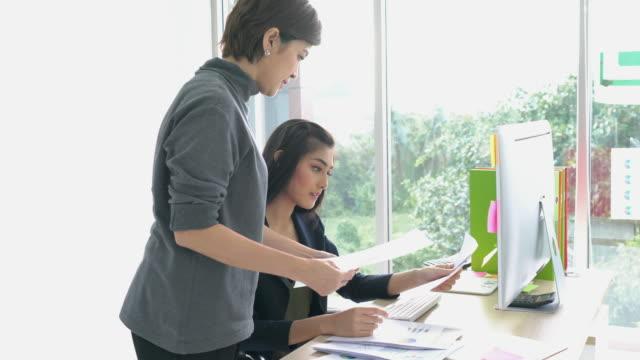 asiatischen manager zuweisen aufgaben ihrer untergebenen verantwortlich und weiblichen anhängern. konzept der unternehmensführung und zuordnung. - unterordnung stock-videos und b-roll-filmmaterial