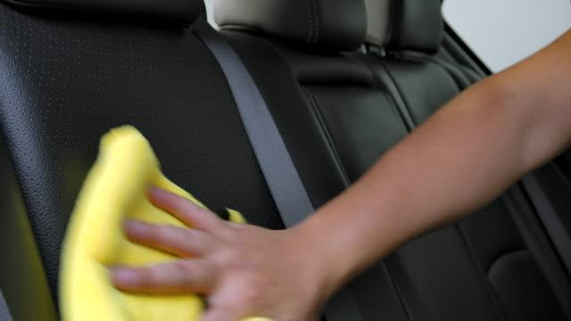 gli uomini asiatici stanno pulendo l'interno delle auto dei clienti nel negozio di dettagli dell'auto. - pulito video stock e b–roll