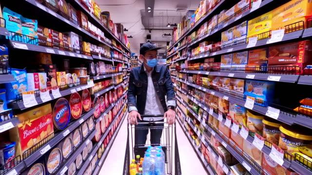 Asian men buy and shopping food  for hoarding in during the Coronavirus outbreak - vídeo