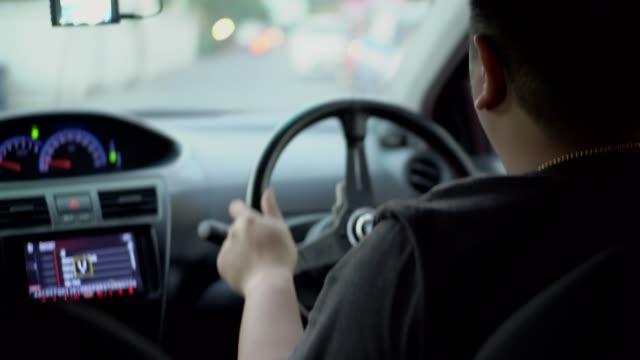 市内を運転するアジアの男性 - 陸の乗り物点の映像素材/bロール