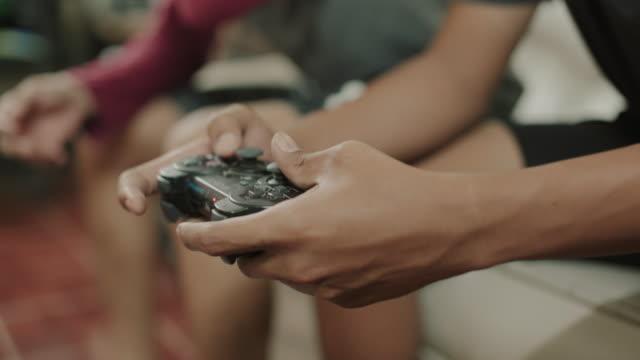 ビデオゲームをしているアジアの男性 - コントロール点の映像素材/bロール