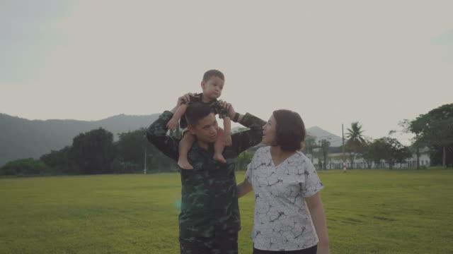 asiatische militärische soldat vereint mit sohn - freundschaftliche verbundenheit stock-videos und b-roll-filmmaterial