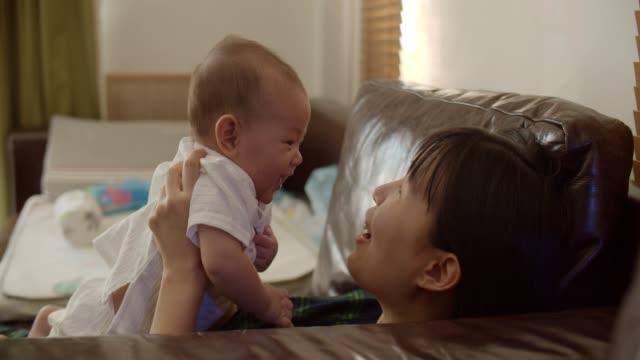 Maman asiatique et fils détendant à la maison - Vidéo