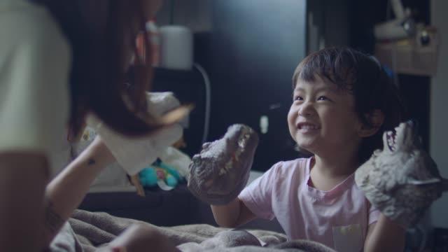 asiatische mutter und sohn spielen spielzeug - storytelling videos stock-videos und b-roll-filmmaterial