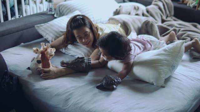 asiatiska mor och son leker leksaker - cosy pillows mother child bildbanksvideor och videomaterial från bakom kulisserna