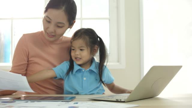 asiatiska mamma arbetar hemma - working from home bildbanksvideor och videomaterial från bakom kulisserna
