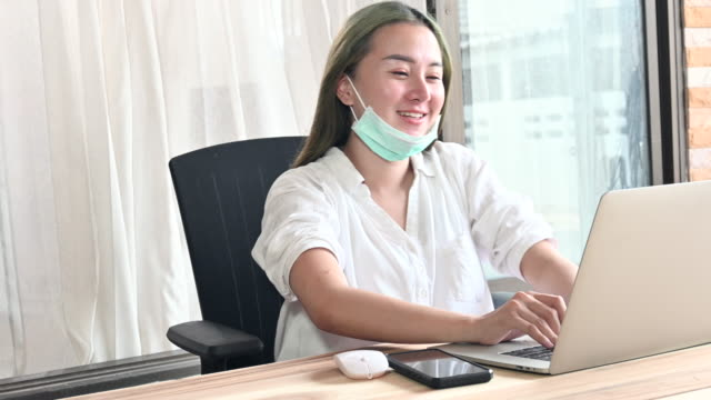 asiatiska kontor flicka som arbetar hemma under tiden covid-19, laptop, dator, arbete tröttsamt, sova - job interview bildbanksvideor och videomaterial från bakom kulisserna