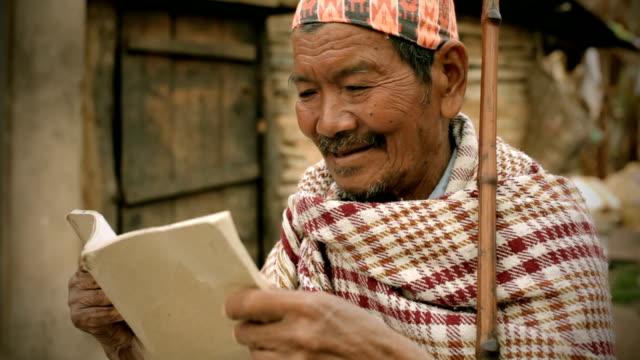 アジア名様:、読書する老人男性 - ネパール人点の映像素材/bロール