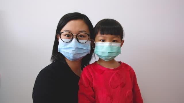 asiaten mit gesichtsmaske - geduld stock-videos und b-roll-filmmaterial