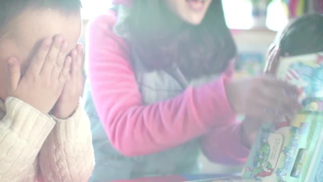 アジア料理講師によるお子様に託児所のスクール形式 - 託児施設点の映像素材/bロール