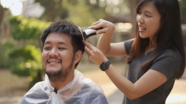 vídeos de stock e filmes b-roll de asian quarantine couples cutting hair by clipper at home in covid-19 corona virus situation - covid hair