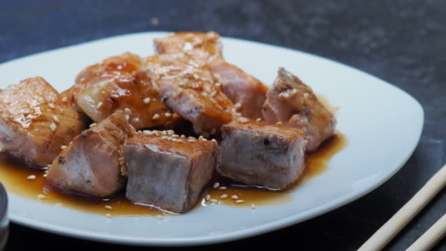 vídeos de stock e filmes b-roll de asian salmon and soy sauce - comida asiática