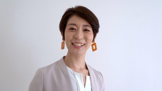 ウェブカメラに今日のスケジュールについて話しているアジアの秘書 - テレビ会議 日本人点の映像素材/bロール
