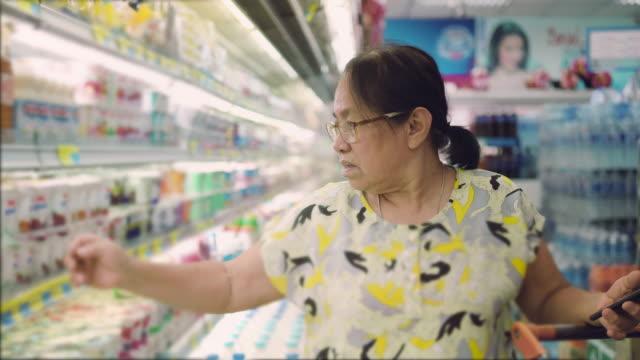 asiatische senior einkaufen - etikett stock-videos und b-roll-filmmaterial