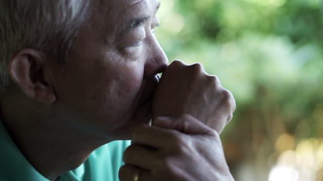 アジアの老人男性の顔と手を考え - シニア点の映像素材/bロール