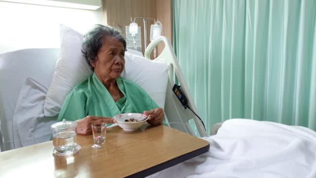 アジアのシニア女性で a 病院 - 介護点の映像素材/bロール