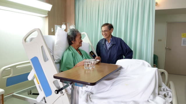 病院でベッドの上にアジアのシニア女性。 - 介護点の映像素材/bロール